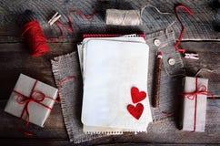 Weinlesegeschenkboxen mit leerem Geschenk etikettieren auf altem hölzernem Hintergrund Stockfoto