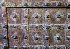 Weinlesegitter und hölzernes Tor des alten Tempels stockfotografie