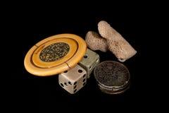 Weinleseglücksbringer Antiker Pokerchip, Würfel, gequetschtes sixpenc lizenzfreie stockbilder