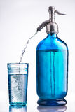 Weinleseglas und Druckdose des Wassers Lizenzfreie Stockfotografie