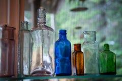 Weinleseglasflaschen stockbilder
