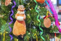 Weinleseglasspielzeugschwein auf dem Weihnachtsbaum stockfotografie