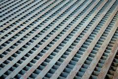 Weinlesegrillabwasserleitung mit Rost für Abdeckung der Abfluss auf conc Stockbild