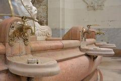 Weinlesehahn mit einer Quelle des Mineralwassers lizenzfreie stockbilder