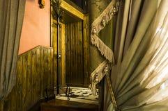 Weinlesehalle mit Türen und Treppe Stockfoto