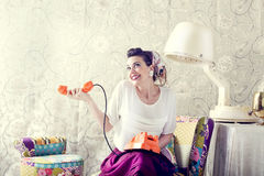 Weinlesehausfrau plaudert am Telefon im Friseursalon Lizenzfreie Stockbilder