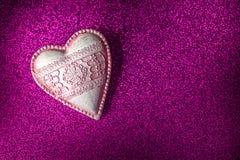 Weinleseherz auf purpurroter Funkelnbeschaffenheit, feiern Valentinsgrußtag oder lieben, Hintergrund Lizenzfreies Stockbild