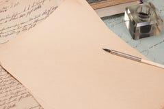 Weinlesehintergrund mit altem Papier Lizenzfreie Stockbilder