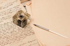 Weinlesehintergrund mit altem Papier, alte Tintenfeder Lizenzfreies Stockfoto