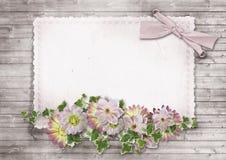 Weinlesehintergrund mit alter Karte und Blumen Stockbild