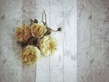 Weinlesehintergrund mit Blumen Lizenzfreie Stockfotos
