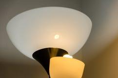 Weinlesehintergrund mit dem Beleuchten der Retro- Lampe auf Wand Lizenzfreie Stockbilder