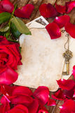Weinlesehintergrund mit den rosafarbenen Blumenblättern Stockfotos