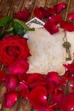 Weinlesehintergrund mit den rosafarbenen Blumenblättern und Schlüssel Lizenzfreie Stockfotos