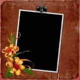 Weinlesehintergrund mit Feld und Blumen Lizenzfreie Stockfotos