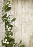 Weinlesehintergrund mit Frühlingsblumen auf Holz Stockbild