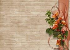 Weinlesehintergrund mit Frühlingsblumen auf Holz Lizenzfreies Stockfoto