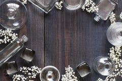 Weinlesehintergrund mit Glasflaschen Stockfotografie