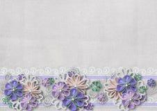 Weinlesehintergrund mit handgemachten Blumen und Spitze Stockbild
