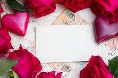 Weinlesehintergrund mit Herzen und Rosen lizenzfreies stockbild