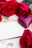 Weinlesehintergrund mit Herzen und Rosen stockfoto