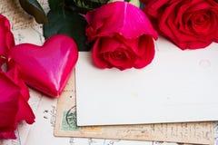Weinlesehintergrund mit Herzen und Rosen stockbild
