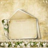 Weinlesehintergrund mit Postkarte und Blumen stockbilder