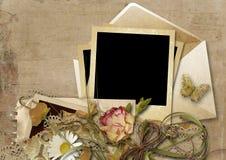 Weinlesehintergrund mit Umschlag und schönen Blumen stockfotos