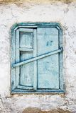Weinlesehintergrund vom Fragment einer alten Lehmziegelmauer mit hölzernem blauem Fenster Stockbilder