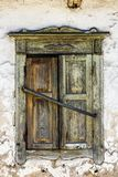 Weinlesehintergrund vom Fragment einer alten Lehmziegelmauer mit hölzernem grünem Fenster Lizenzfreies Stockfoto