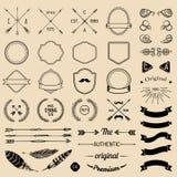Weinlesehippie-Logoelemente mit Pfeilen, Bänder, Federn, Lorbeer, Ausweise Emblemschablonenerbauer Iicon-Schöpfer stock abbildung