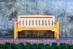 Weinleseholzbank mit Glasurwand im Park Stockbilder