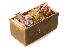 Weinleseholzkiste mit Weihnachtsdekorationen lizenzfreie stockfotos