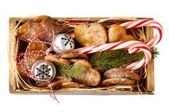 Weinleseholzkiste mit Weihnachtsdekorationen Beschneidungspfad eingeschlossen stockfotos