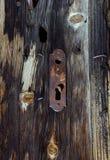 Weinleseholztür mit Verschlussschlüsselloch Lizenzfreies Stockfoto