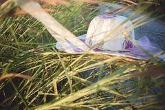 Weinlesehut auf dem Gras Stockbild