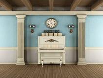 Weinleseinnenraum mit aufrechtem Klavier Stockfoto