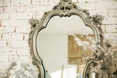Weinleseinnenraum mit einem Spiegel im schönen Rahmen Lizenzfreie Stockfotografie