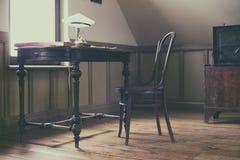 Weinleseinnenraum mit Stuhl stockfotografie