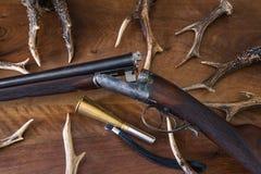 Weinlesejagdgewehr mit vielen Rotwild antiers Lizenzfreies Stockfoto