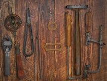 Weinlesejuwelierwerkzeuge über hölzerner Wand Stockfotografie
