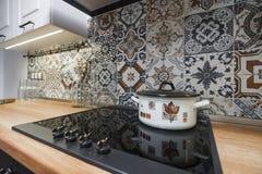 Weinlesekücheneinzelteile, Verzierungen und Küchendetails in der klassischen Art Stockfoto