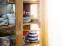 Weinlesekabinett mit bunten Schüsseln und Platten Stockfotografie