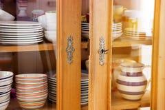 Weinlesekabinett mit bunten Schüsseln und Platten Stockbilder