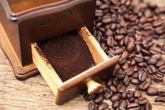 WeinleseKaffeebohneschleifer und frischer gemahlener Kaffee Stockfotos