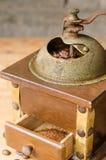 Weinlesekaffeemühle auf rustikalem Hintergrund Lizenzfreie Stockfotos