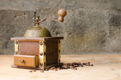 Weinlesekaffeemühle auf rustikalem Hintergrund Stockfotografie