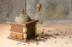 Weinlesekaffeemühle auf rustikalem Hintergrund Stockbilder