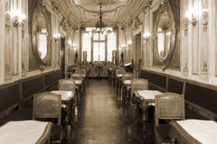 Weinlesekaffeinnenraum mit hölzernen Möbeln lizenzfreie stockbilder