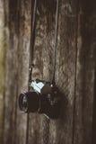 Weinlesekamera auf altem Hintergrund des Holzes Stockfoto